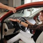 אשה מקבלת מפתחות של רכב לאחר שקיבלה מימון מליסינג פרטי