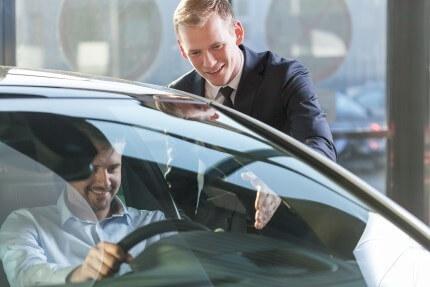 אדם מקבל את הרכב החדש שלו מסוכנות טרייד אין בחיפה