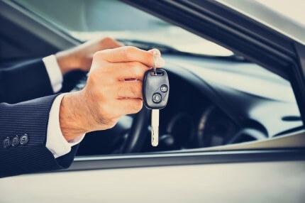 אדם מקבל מפתחות לרכב החדש שלו בעסקת טרייד אין