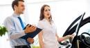 אשה מתעניינת בקבלת הלוואה לרכישת רכב