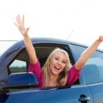 בחורה שקיבלה הלוואה וקנתה רכב