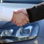 אנשי עסקים לוחצים ידיים לאחר שחתמו על עסקת ליסינג לעסקים