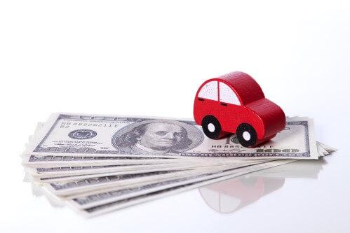 תמונה של רכב קטן ודולרים
