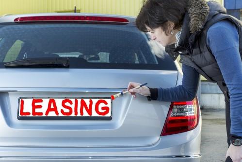 אדם מצייר את המילים ליסינג על רכב יד שנייה