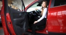 אשה יוצאת מרכב חדש שנרכש בליסינג