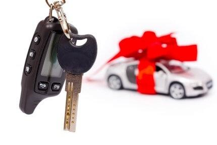 מכונית עטופה בסרט מתנה שנרכשה בליסינג וטרייד אין רכב במימון מלא