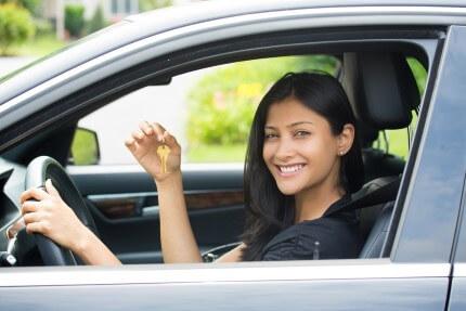 אישה ברכב החדש שלקחה מסוכנות טרייד אין בהוד השרון